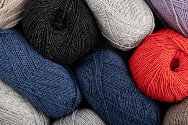 Flat lay de fios de lã coloridos