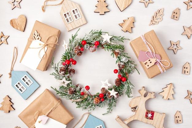 Flat lay de morden presentes de natal minimalistas e decoração em