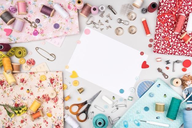 Flat lay de suprimentos de costura