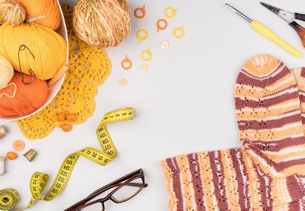 Flat lay de suprimentos de crochê e meias