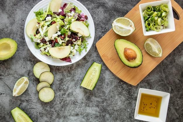 Flat lay deliciosa salada com abacate
