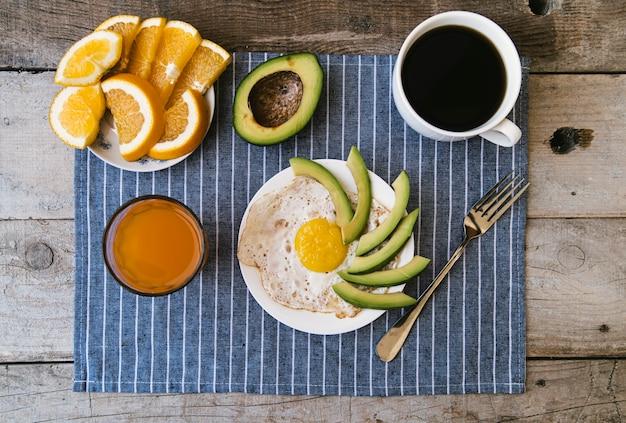 Flat lay delicioso café da manhã arranjo
