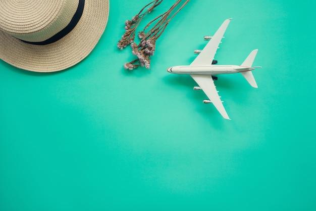 Flat lay design do conceito de viagens com avião