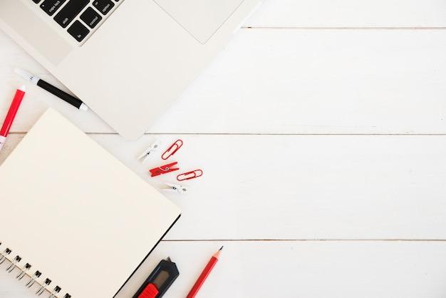 Flat lay do espaço de trabalho com notebook
