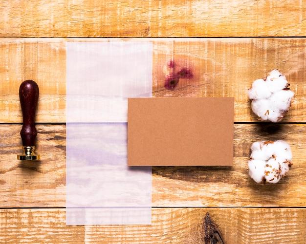 Flat lay frágil papel com selo e envelope