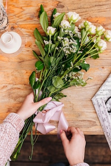 Flat lay grupo de flores com fita