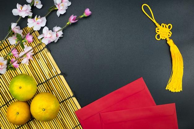 Flat lay holiday of chinese new year pacote vermelho e de acessórios