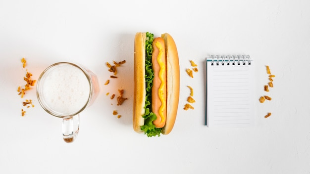 Flat lay hotdog com mock-up do bloco de notas