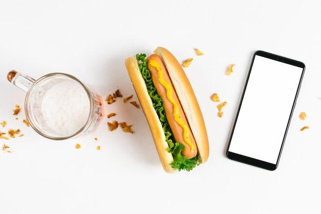 Flat lay hotdog com smartphone mock-up