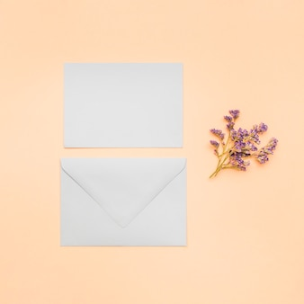 Flat lay invitation de casamento em branco