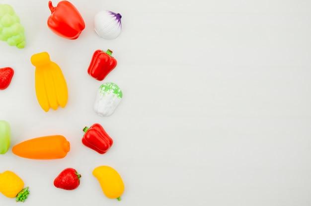 Flat lay legumes brinquedos para crianças