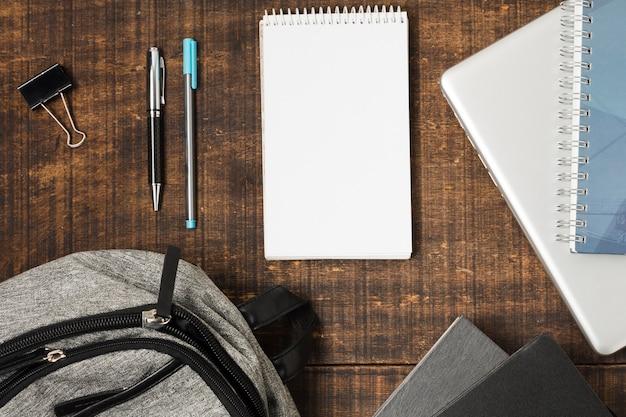Flat lay mochila e material escolar