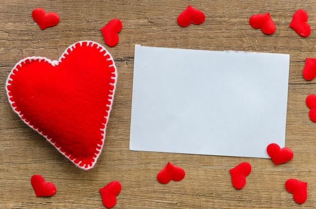 Flat lay mock-up modelo de papel em branco para cartão de dia dos namorados
