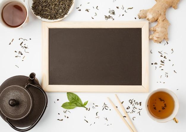 Flat lay modelo de ardósia com conceito de chá
