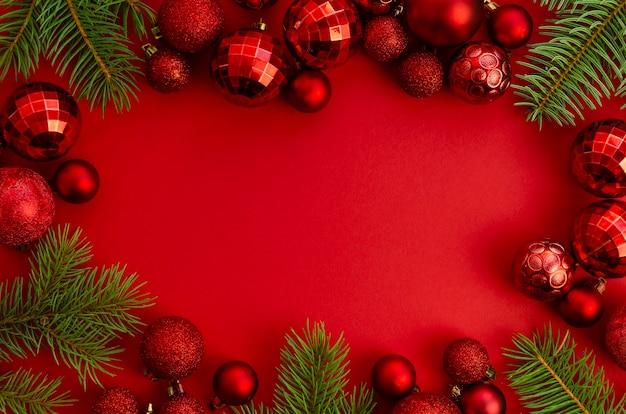 Flat lay natal, maquete de moldura vermelha de ano novo com espaço de cópia