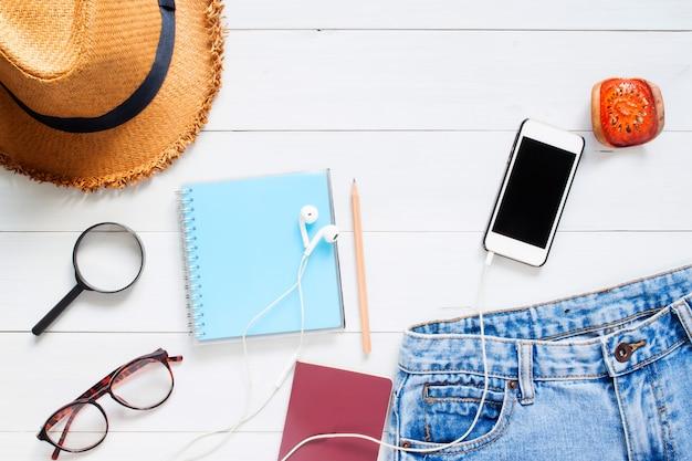 Flat lay of traveller's accessories with smart phone, aplicação maquete no celular