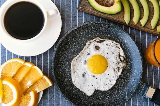 Flat lay ovos e frutas café da manhã