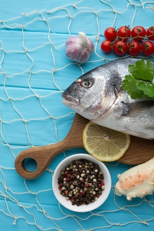 Flat lay peixe e condimentos para cozinhar