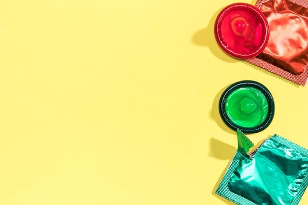 Flat lay preservativos coloridos com cópia-espaço