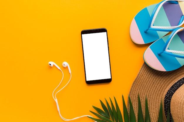 Flat lay smartphone com conceito de férias de verão