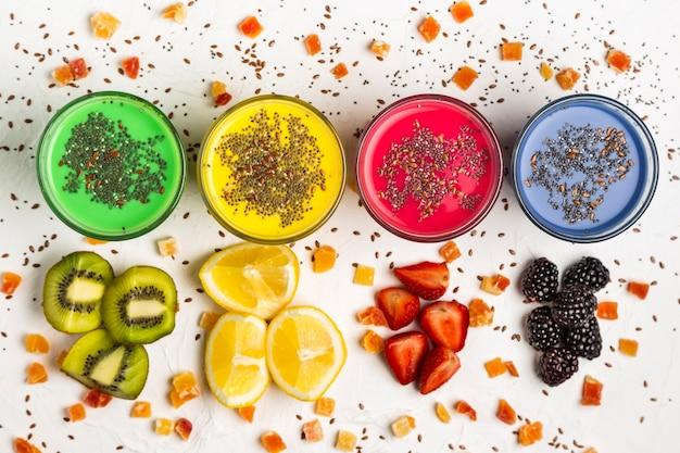 Flat lay smoothies coloridos em copos