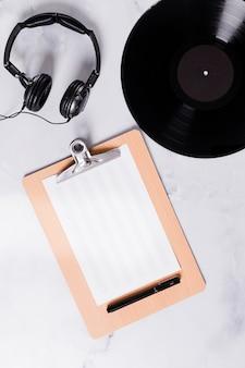 Flat lay template prancheta para notas musicais