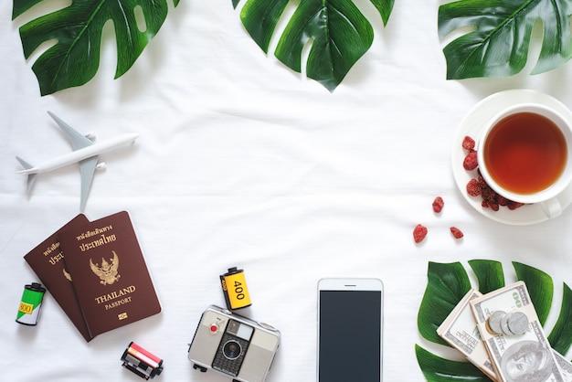 Flat lay viagens e acessórios de estilo de vida na textura branco fundo cópia espaço