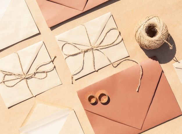 Flat lay wedding invitations em envelopes