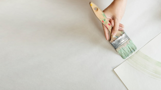 Flat leiga mulher pintando com pincel grande