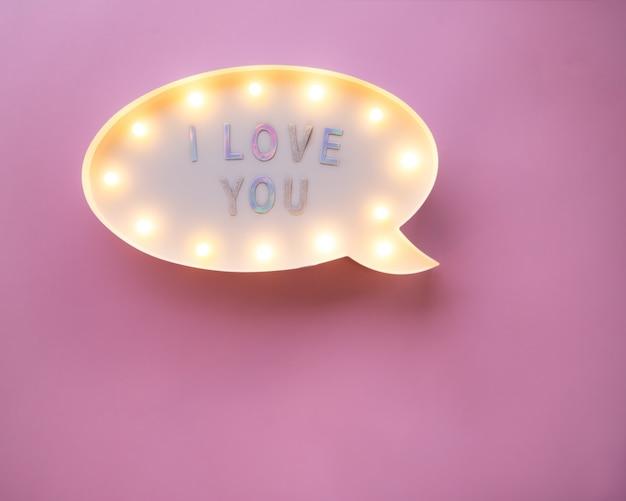 Flat leigo amor feriado celebração texto eu te amo na mesa de luz rosa
