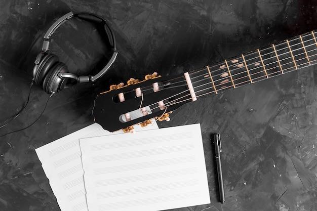 Flat leigo de violão e notas musicais