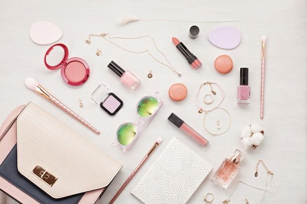 Flat leigos com acessórios femininos. moda, tendências e conceito de compras