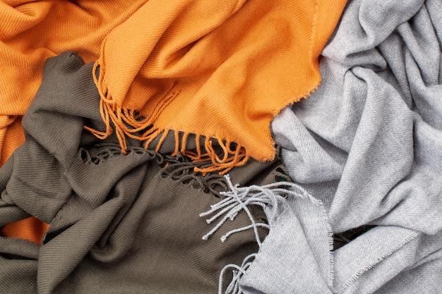 Flat leigos com lenços quentes de conforto para o tempo frio.