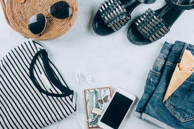 Flat leigos com roupas femininas e acessórios. t-shirt listrada, shorts, bolsa de vime na moda.