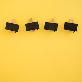 Flat leigos de clipes de papel em fundo amarelo