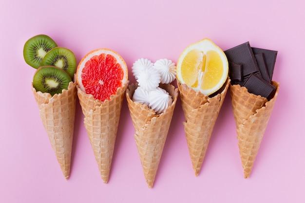Flat leigos de cones com frutas