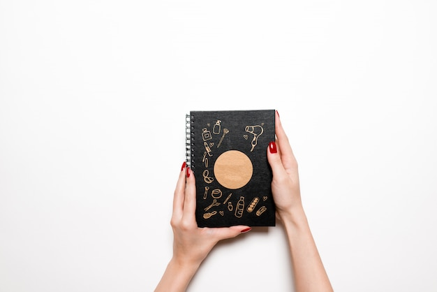Flat leigos de cosméticos decorativos com livro de nota azul e produtos skincare em branco