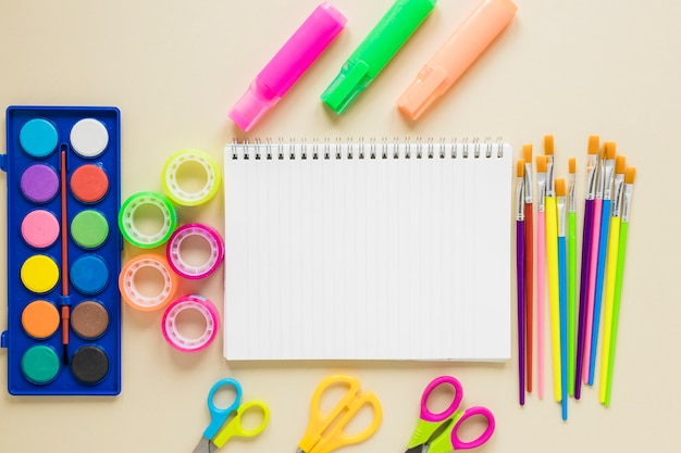 Flat leigos de material didático e material de desenho
