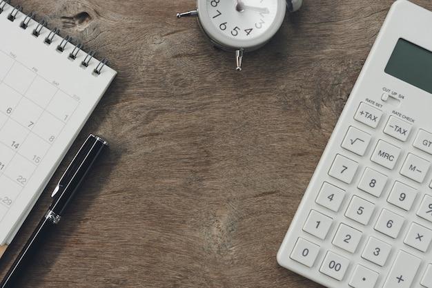 Flat leigos de mesa de mesa de escritório de vista superior com calendário, calculadoras canetas e outro escritório