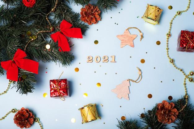 Flatlay christmas. 2021 dos números. o layout do novo 2021. números de madeira. olá ano novo. artigo sobre ano novo e natal. layout do teclado. copie o espaço. estrelas. fundo azul.