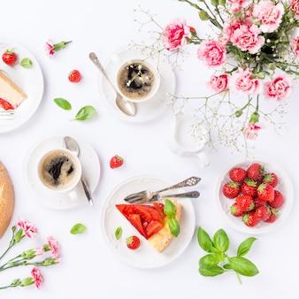 Flatlay com cheesecake de morango