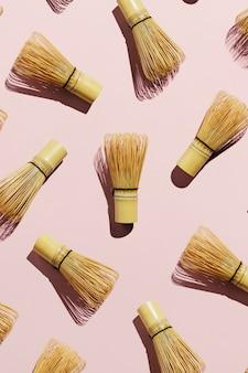 Flatlay de chá de bambu matcha bata no fundo rosa pastel