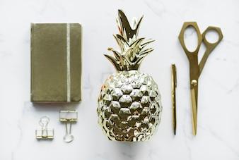 Flatlay de conceito de decoração de utensílios de ouro