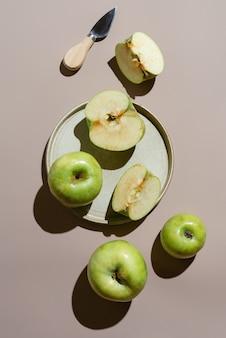Flatlay de maçã verde orgânica em um prato