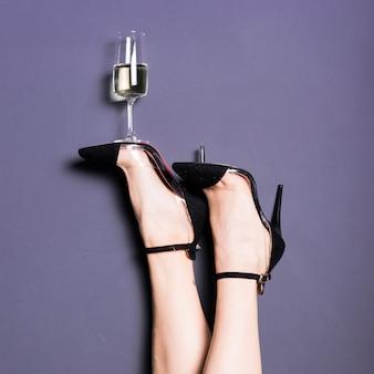 Flauta de champagne em pé na sola do calcanhar