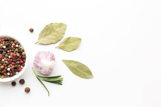 Flavore saudável especiarias e ervas na mesa