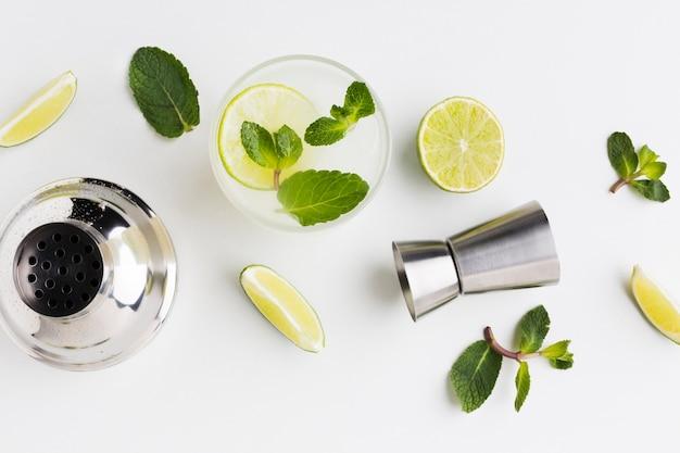Flay lay de coquetéis essenciais com limão e agitador