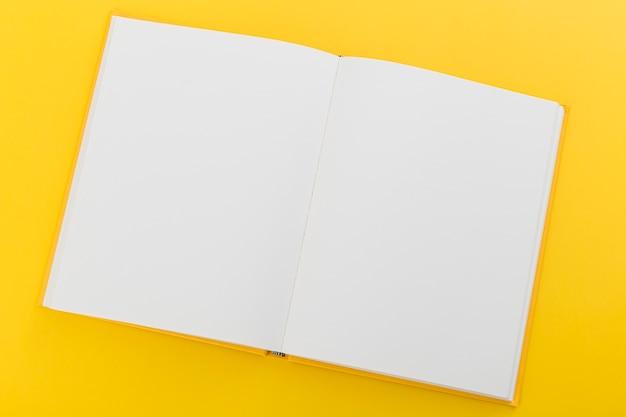 Flay lay dobrado brochura em branco