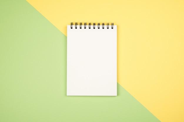 Flay lay foto com a página em branco do bloco de notas