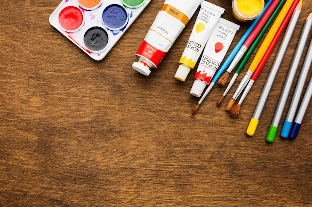 Flay lay paleta de cores e marcadores